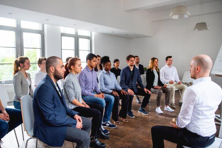 Der Gründer Philipp leitet eine Meditationssitzung