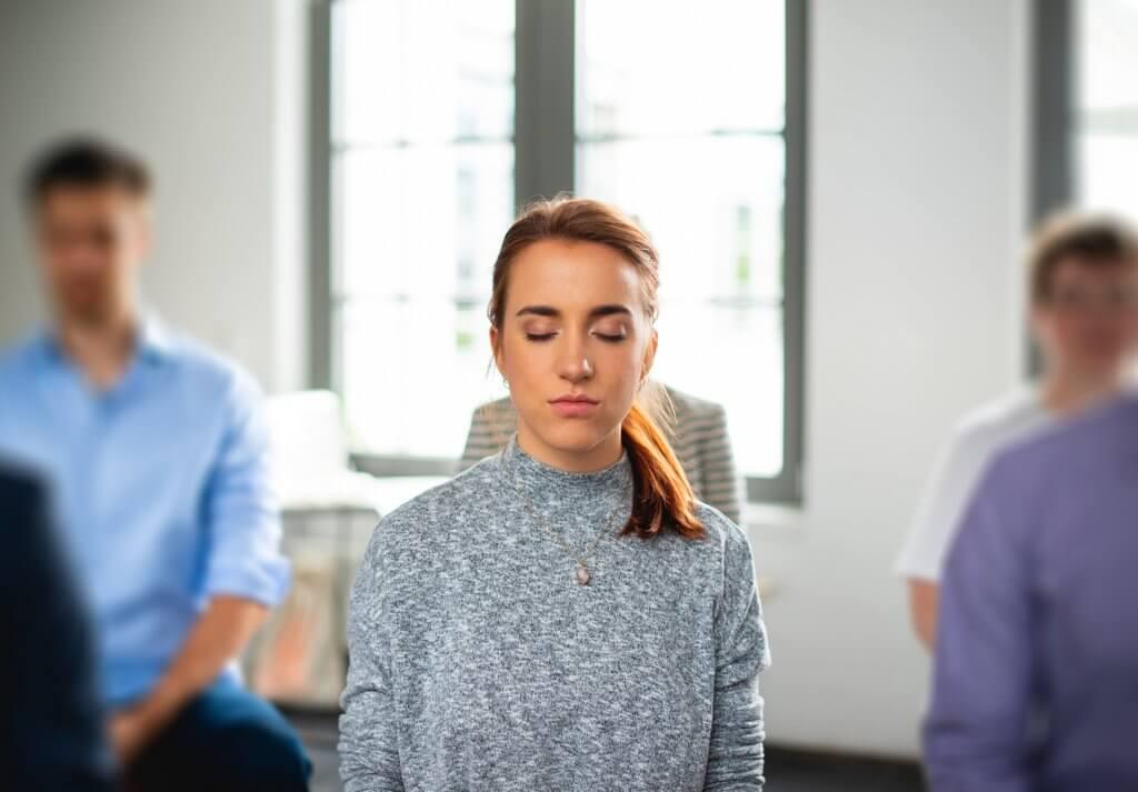 Eine Frau mit geschlossenen Augen meditiert