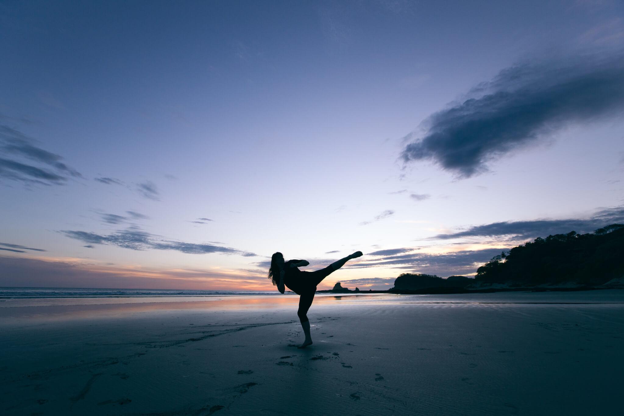 Eine Frau im Sand in Kampfpose