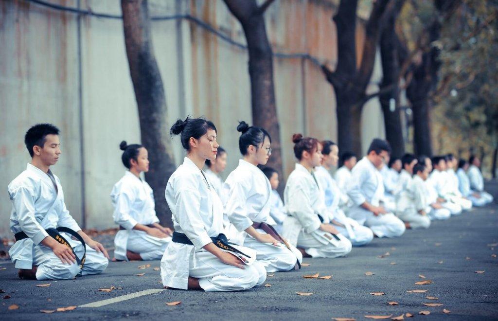 Einige Menschen die meditieren