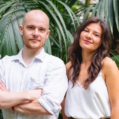 Die Gründer Tonka und Philip im Porträt lächelnd